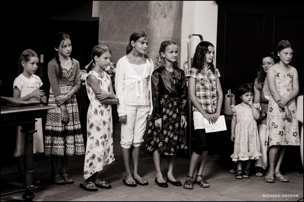 Reihe von Kindern an einer Trauung