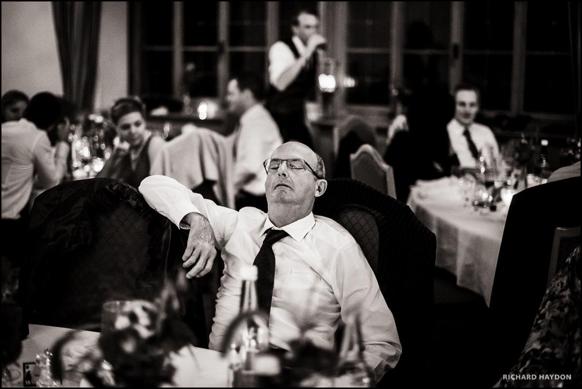 Hochzeitsfoto von einem schlafenden Mann