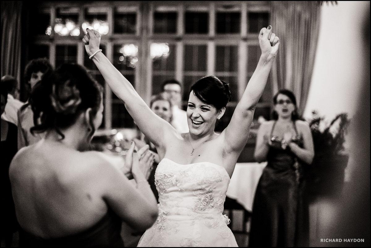 Braut tanzt voller Freude