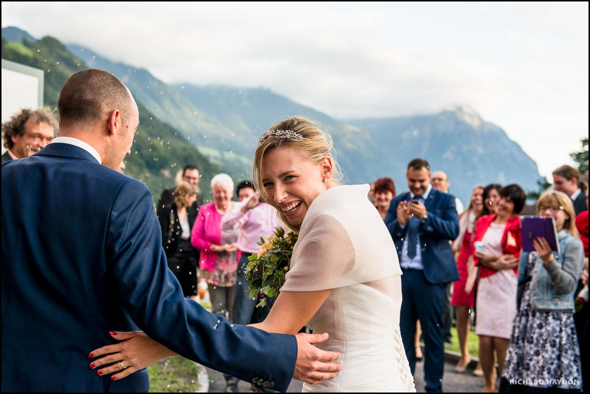 Lachende Braut schaut über ihre Schulter