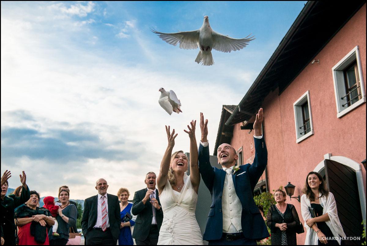 Brautpaar lässt Tauben fliegen in der Hofkellerei Vaduz in Liechtenstein