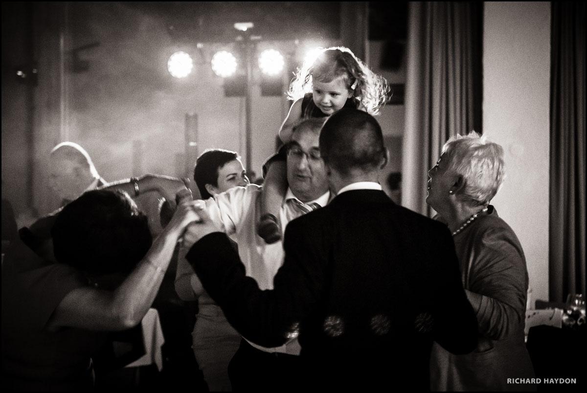 Mädchen und Grossvater tanzen auf einer Hochzeit