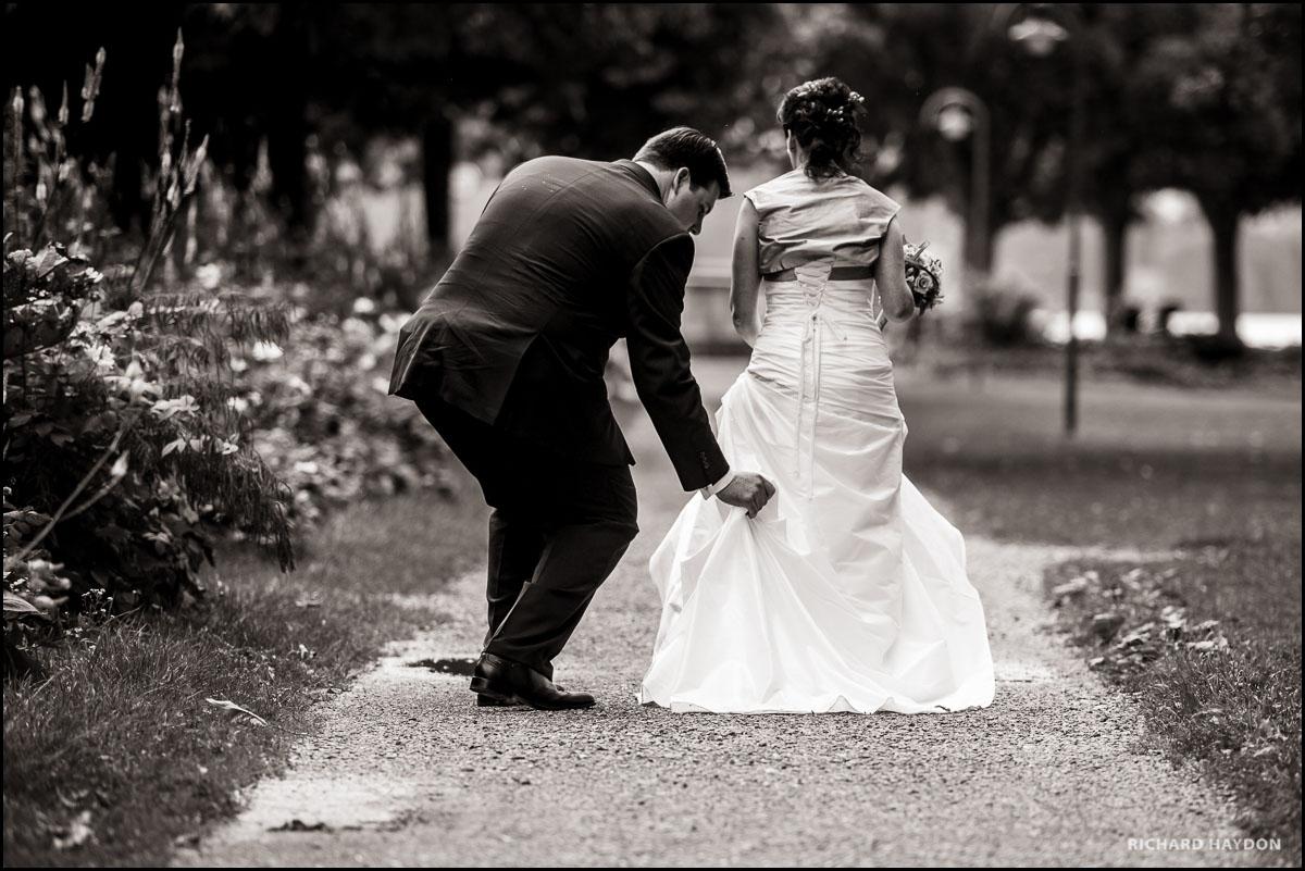 Bräutigam justiert Kleid der Braut an einer Hochzeit in Kreuzlingen