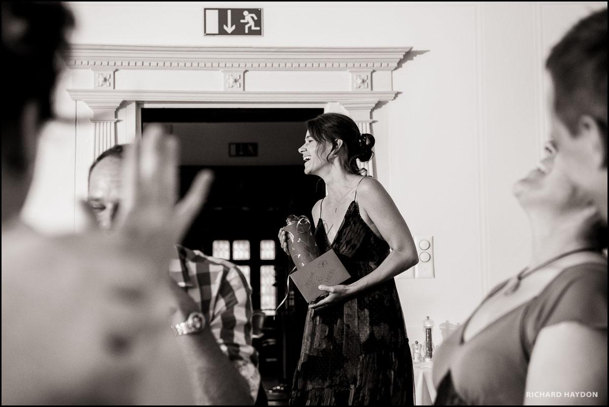 Trauzeugin übergibt Hochzeitsgeschenk im Schloss Seeburg, Kreuzlingen Thurgau