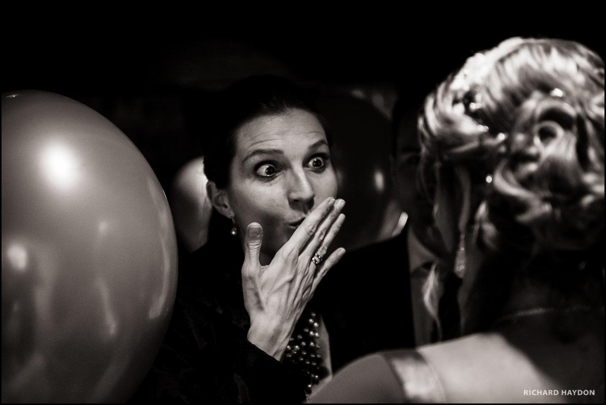 Frau ist überrascht an einem Hochzeitsapero