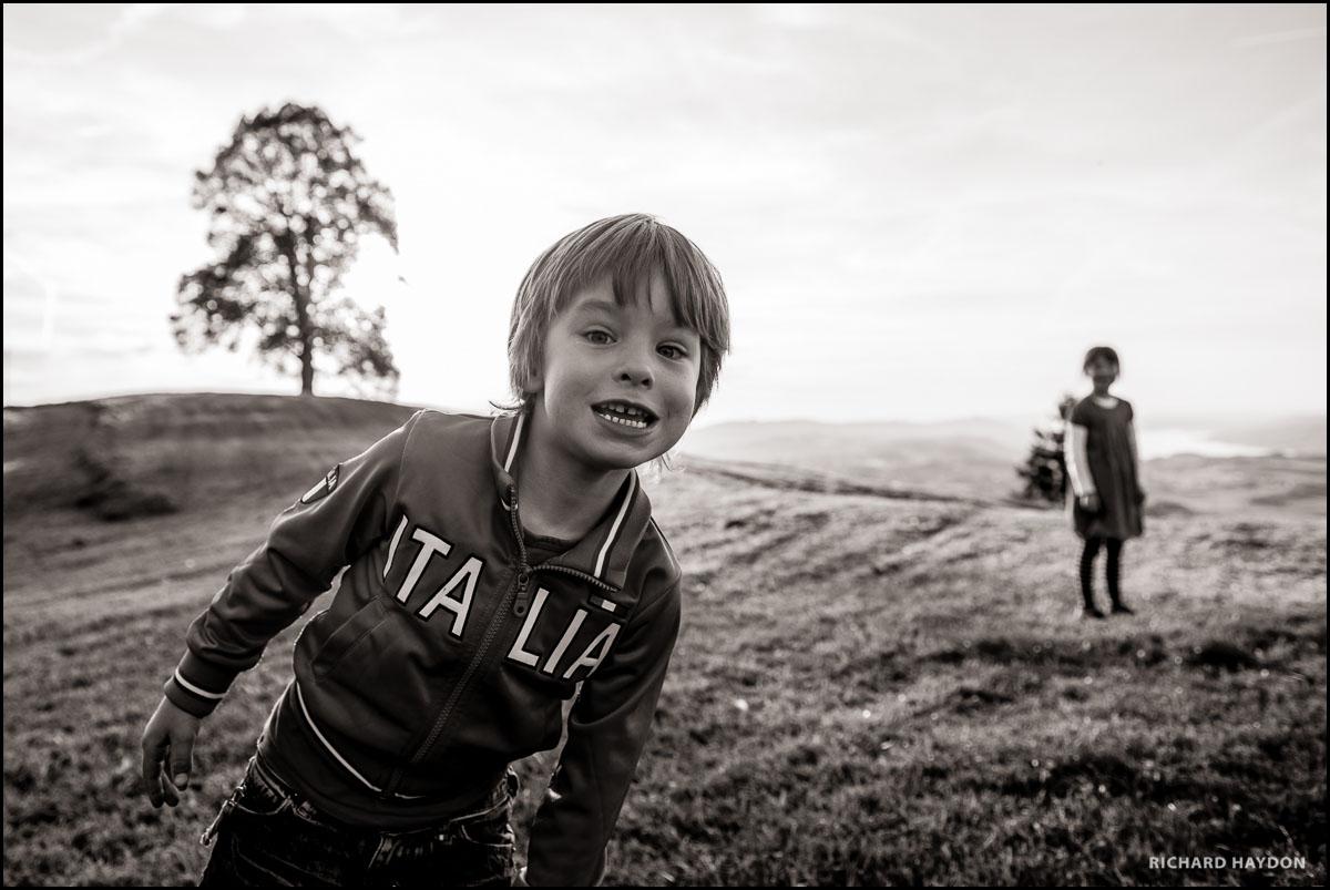 Junge grinst in die Kamera an einem Hochzeitsfest oberhalb dem Zürichsee