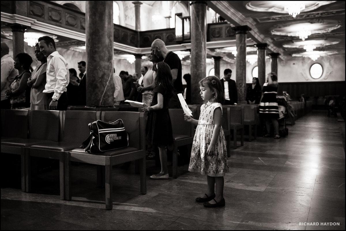 Mädchen singt in der Kirche an einer Trauung in Zürich