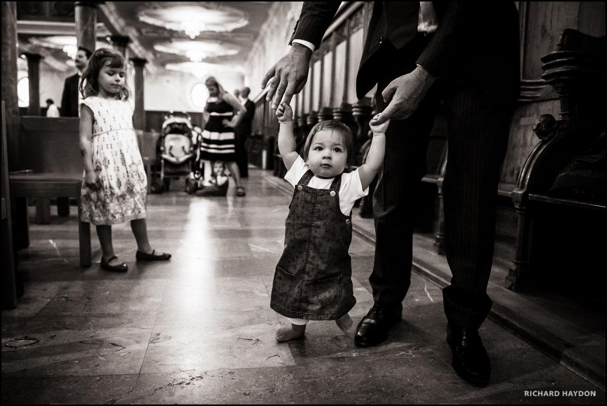 Kleines Kind an einer Hochzeit in der Kirche