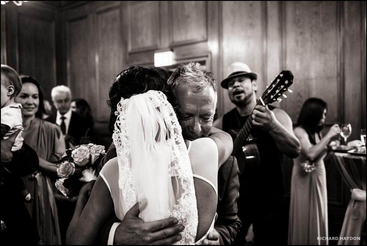 Umarmung einer Braut in Zürich