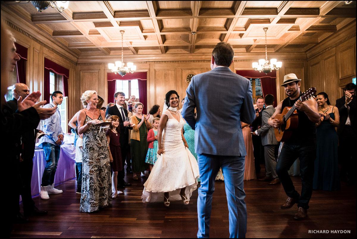 Tanzendes Brautpaar an einer Hochzeit in Zürich