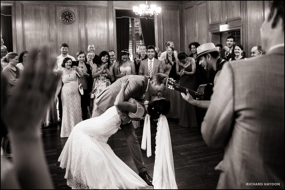 Bräutigam hält Braut im Arm zum Schluss vom Tanz