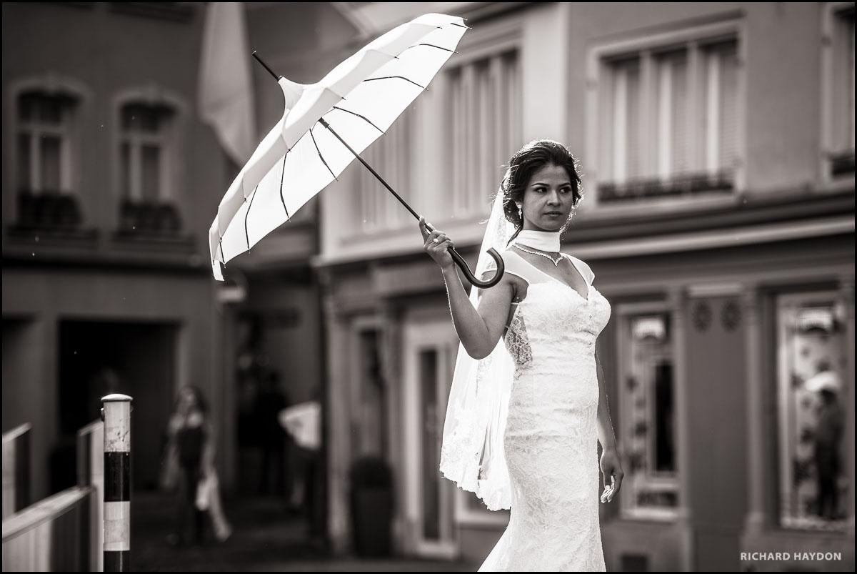 Braut mit Schirm in Zürich