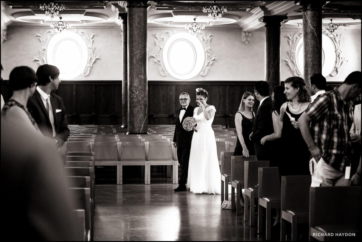 Braut wird von Vater in die St Peterskirche geführt