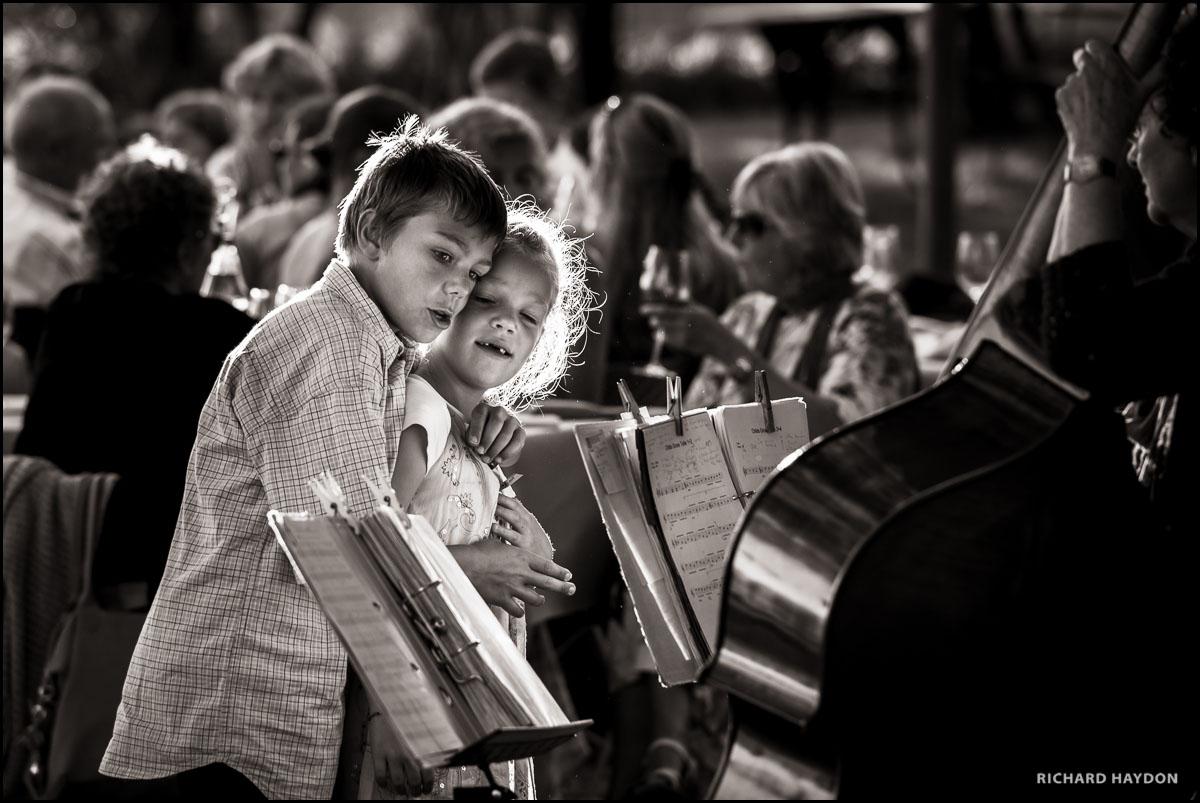 Geschwister lauschen der Live-Musik an einer Hochzeit