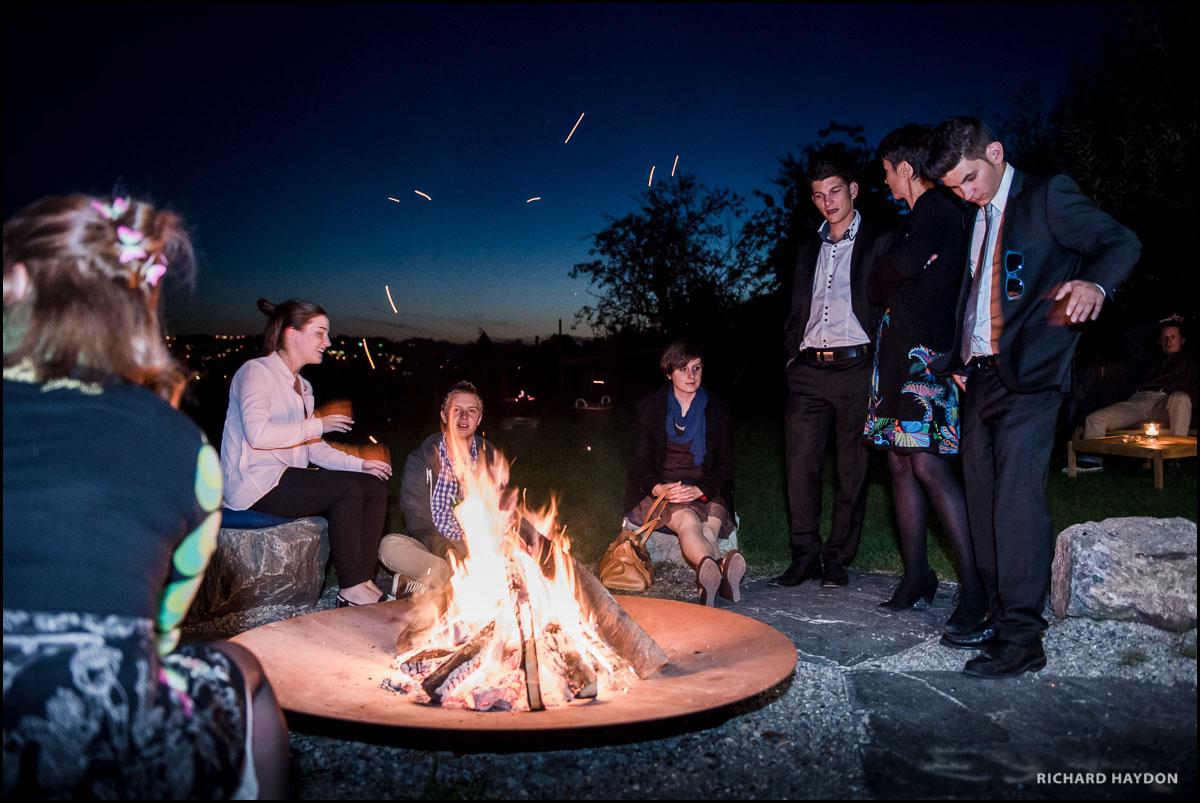 Jungendliche am Feuer, Hochzeitsfeier am Zürichsee
