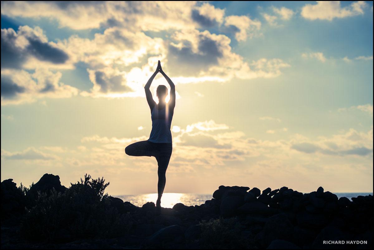 Yoga bei Sonnenuntergang am Meer
