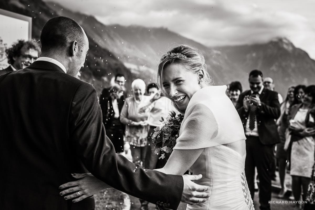 Braut blickt lachend zurück