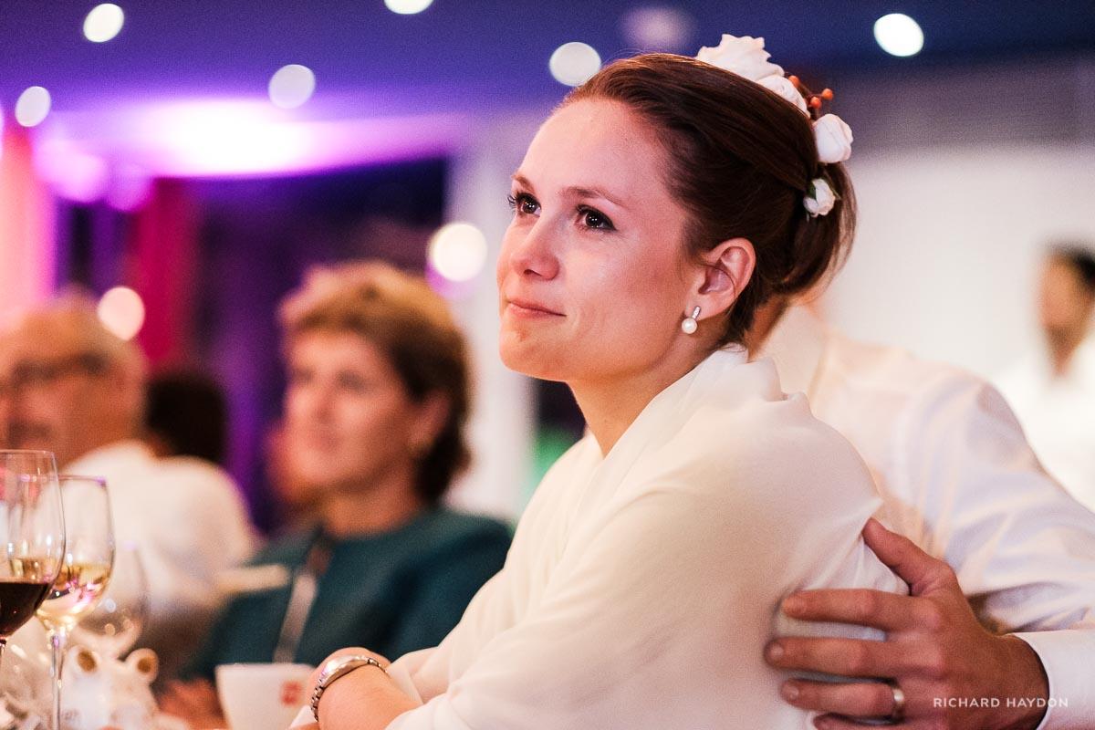 Braut mit Freudentränen in den Augen