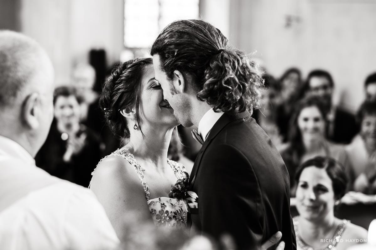 Küssendes Brautpaar Kirche