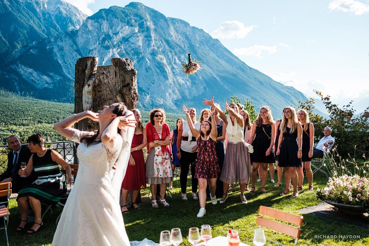 Braut wirft Strauss an Hochzeit im Wallis