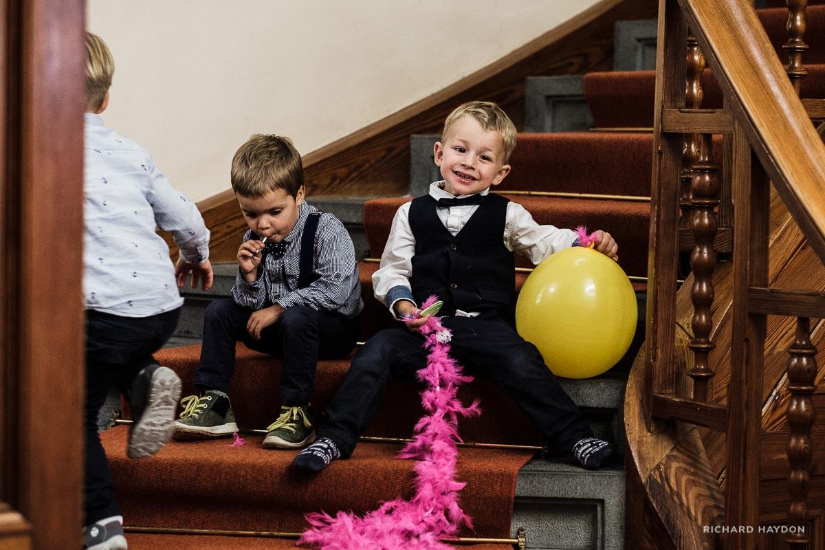 Coole Kids spielen an einer Hochzeit