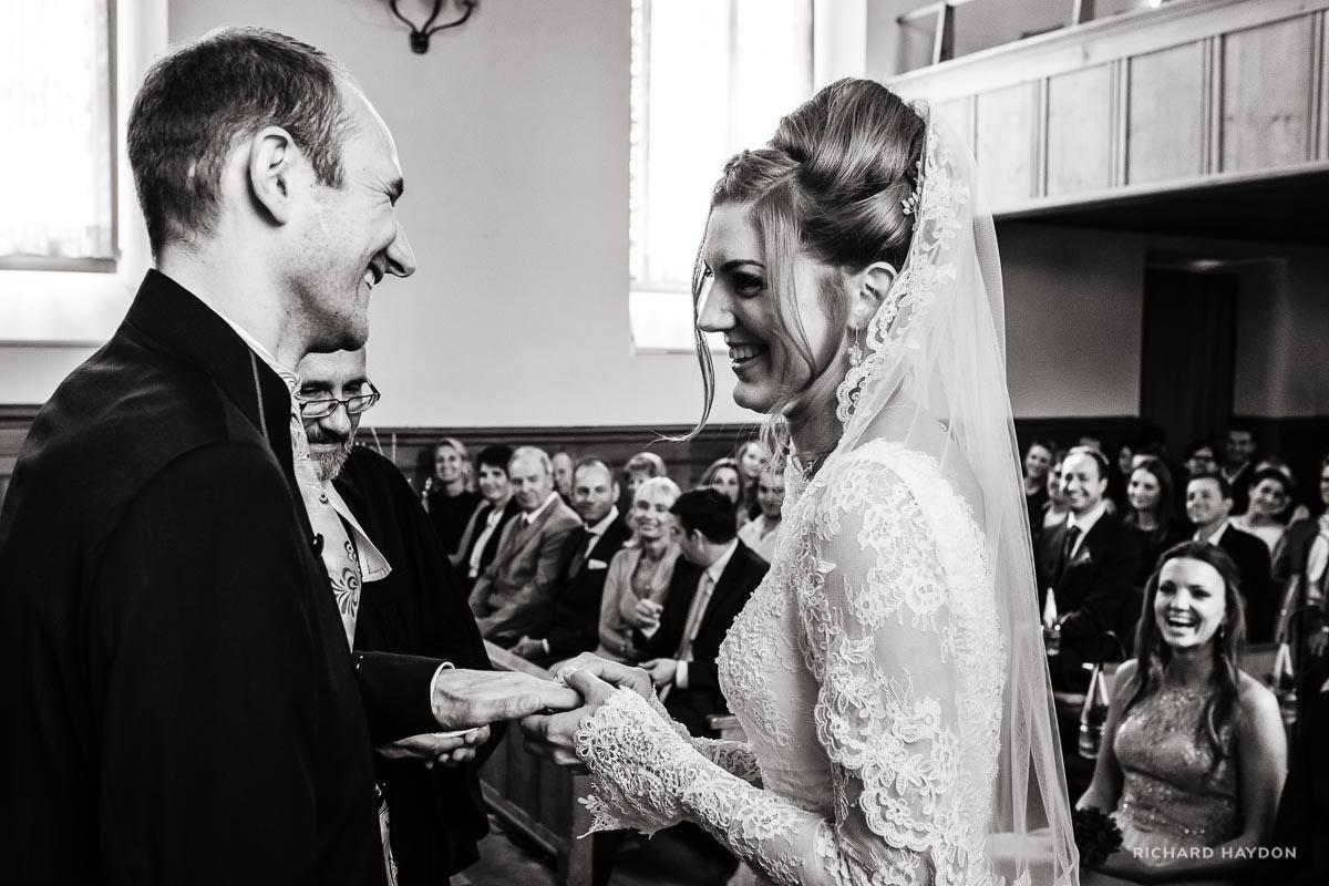 Braut steckt ihm Ehering an