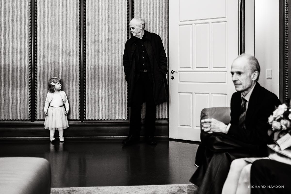 Hochzeitsfotos Enkelin und Grossvater Blickwechsel