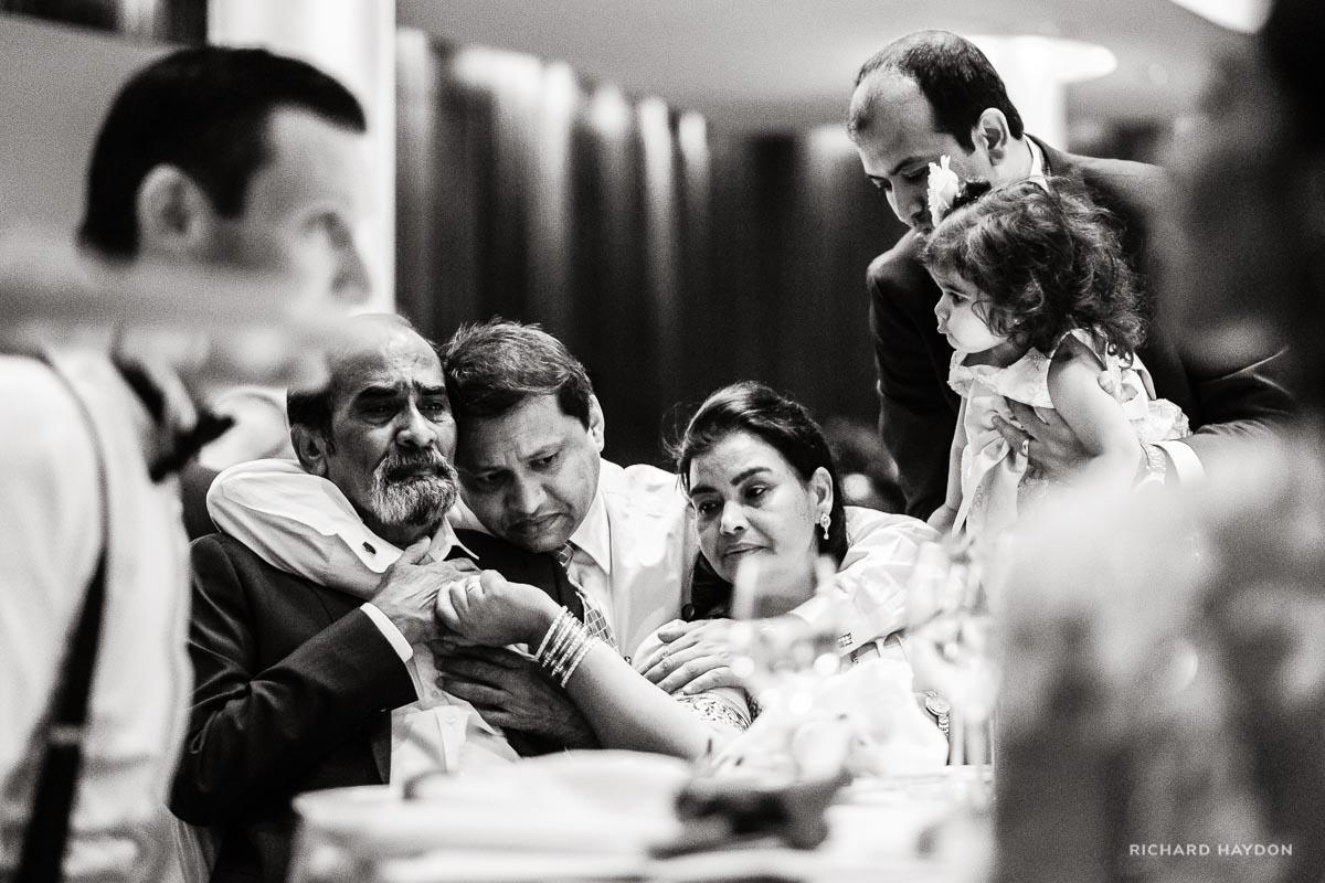 Familienumarmung an einer indischen Hochzeit