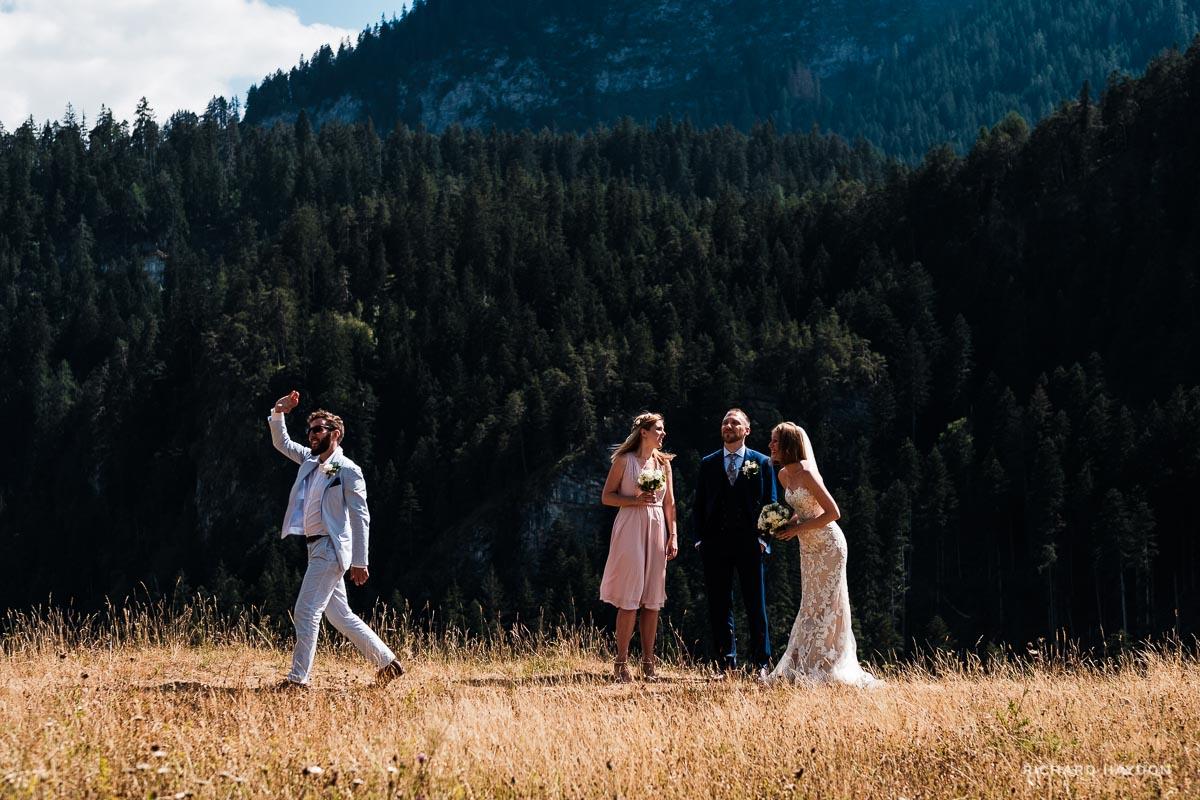 Hochzeitsgäste und Brautpaar in Graubünden