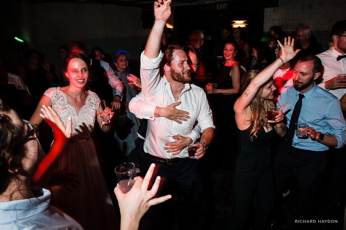 Tanzende Hochzeitsgäste