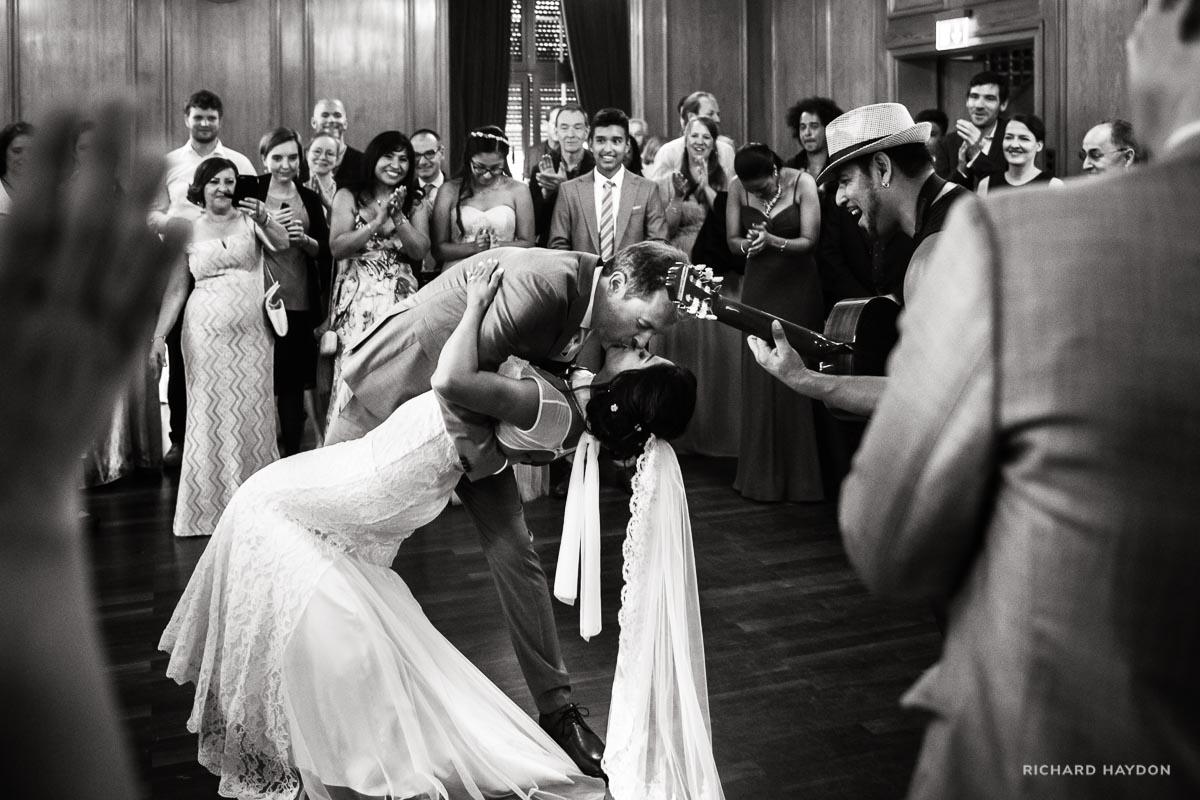 Stimmungsvoller Hochzeitstanz mit Kuss