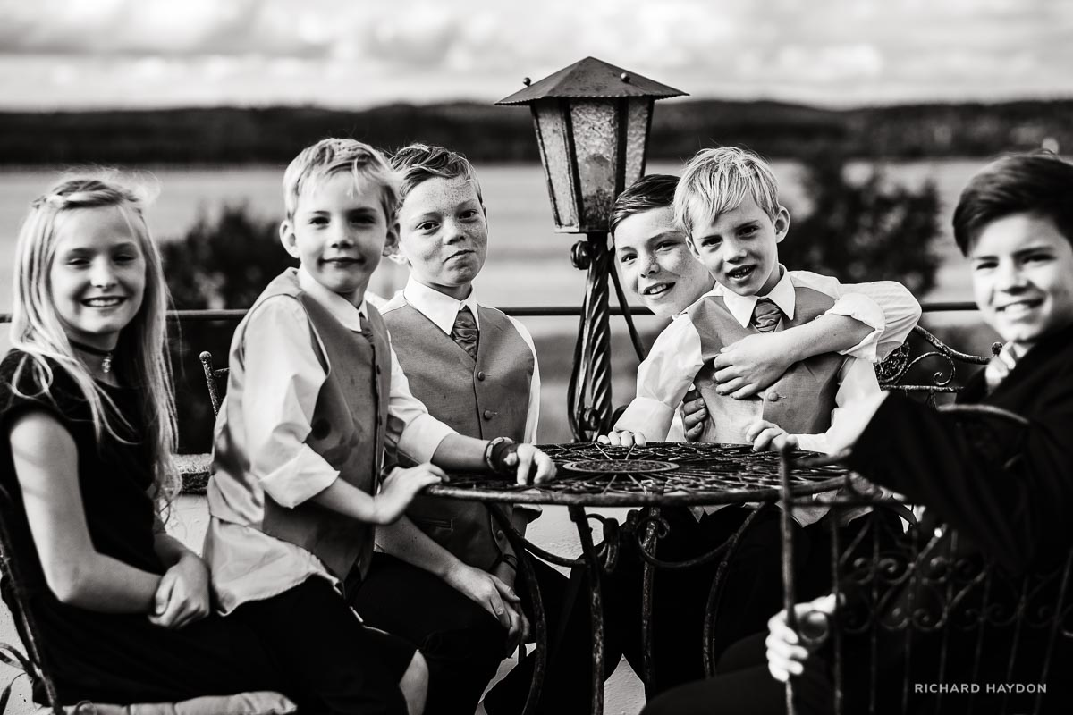 Kinder an einer Hochzeit