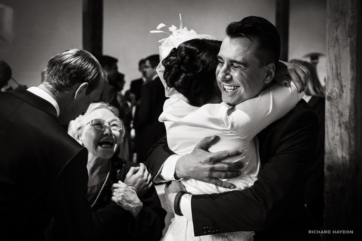 Umarmung und lachende Oma an einer Hochzeit in Graubünden