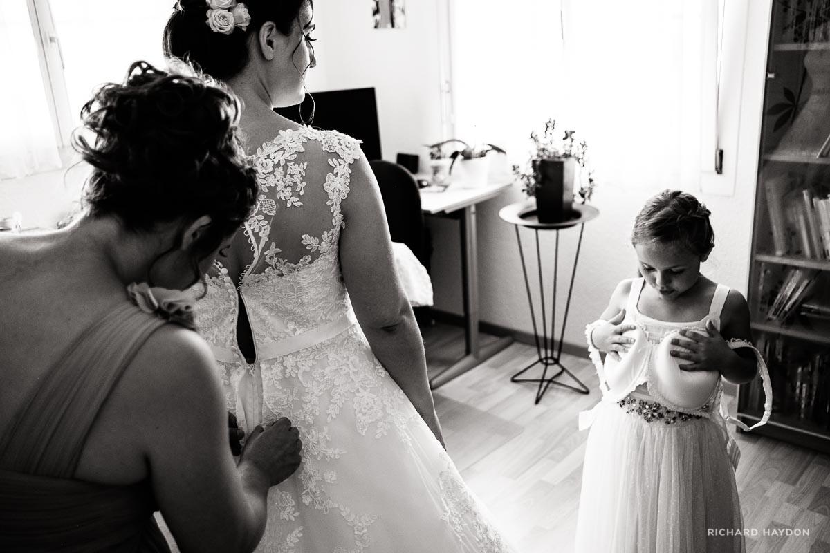 Mädchen imitiert Braut
