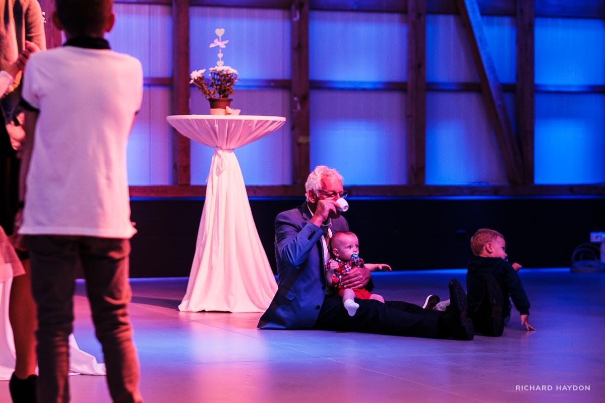 Opa hütet Enkel an Hochzeit in Zürich