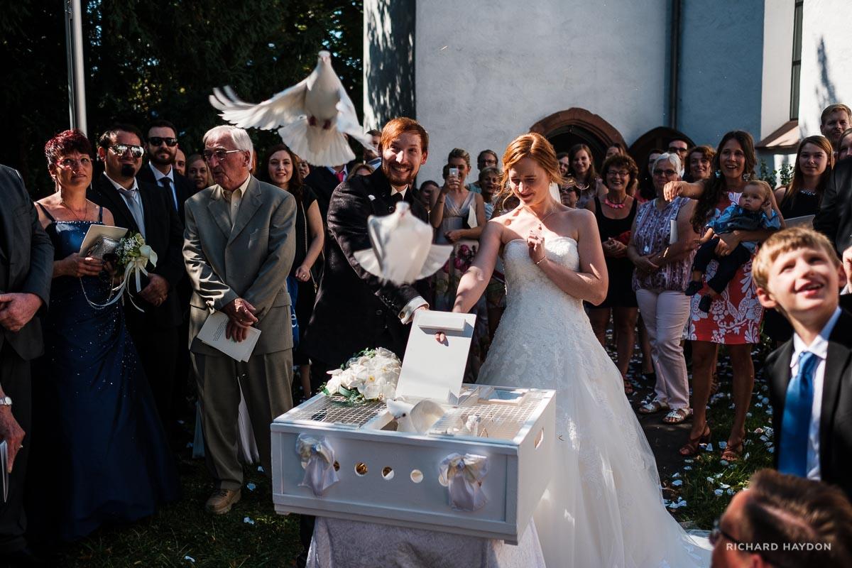 Brautpaar lässt Tauben fliegen
