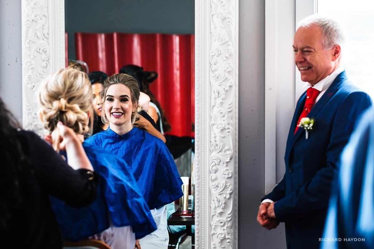 Vater freut sich über Braut beim Coiffeur