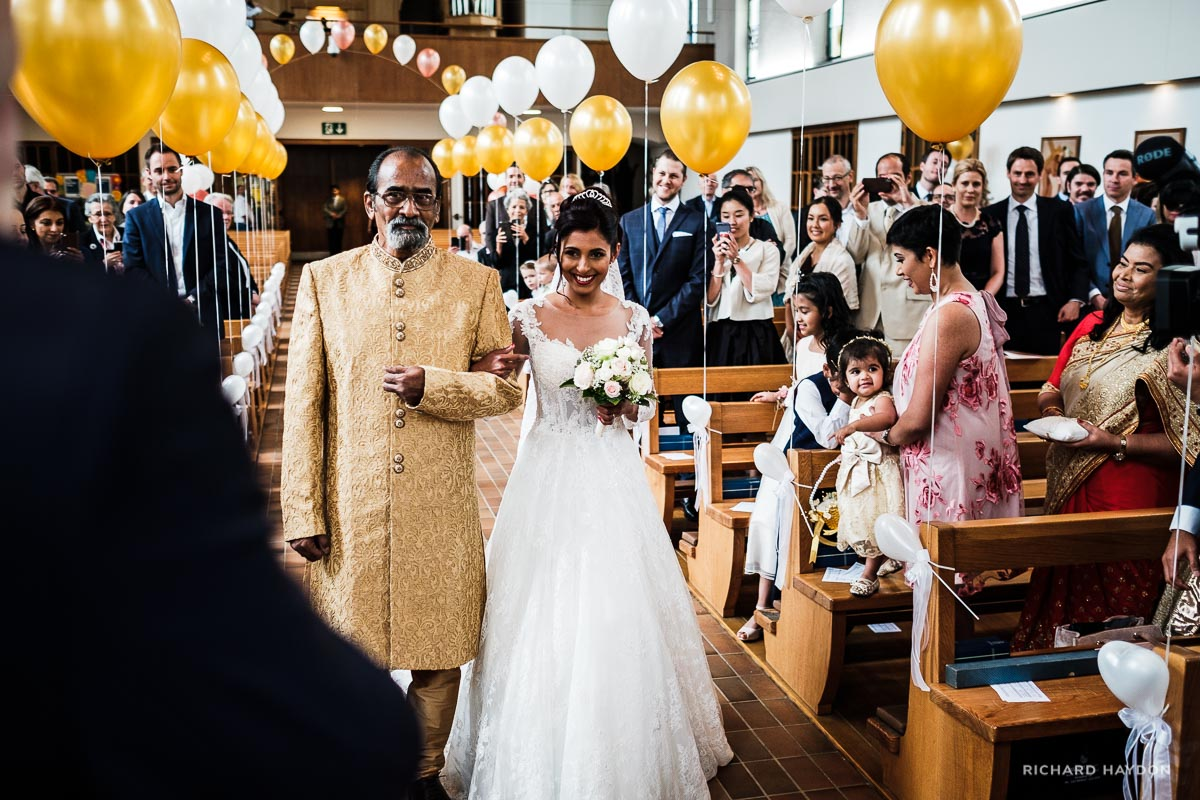 Vater führt Braut in Kirche